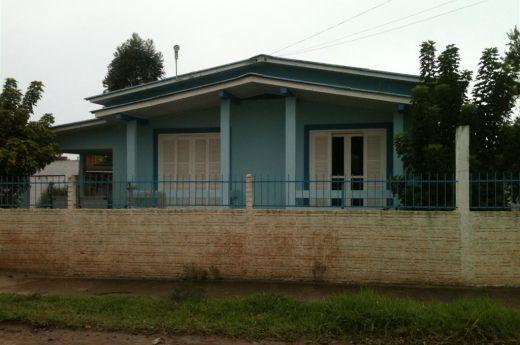 Casa de 03 quartos. Terreno 27 x 100 no bairro Arapongas !!!