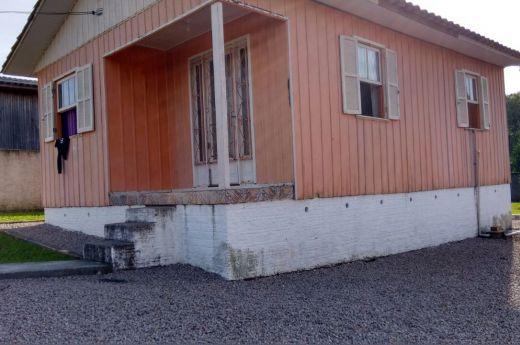 Casa de madeira - 02 dormitórios - Verdinho!